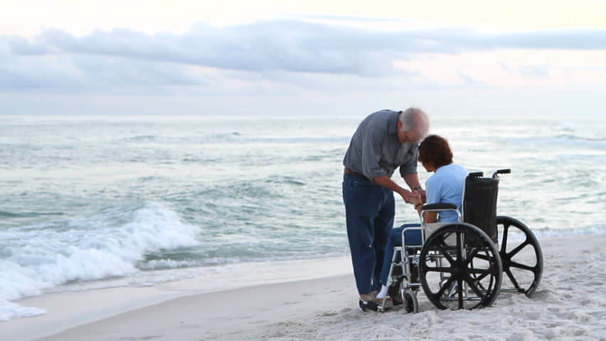 anziani sulla carrozzina al mare