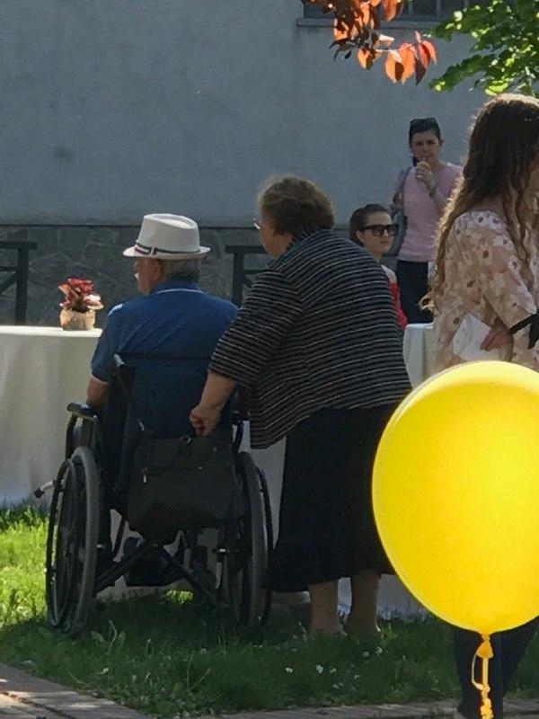 coppia anziana carrozzina