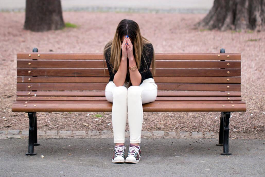 Donna triste su panchina